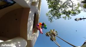 Ребенок улетает на воздушных шарах