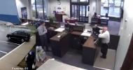 В США охранник банка застрелил вооруженного грабителя