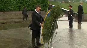 Януковича привалило венком