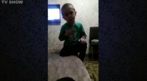 Мальчик учит маму