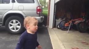 Парень горячо реагирует на открытие гаража