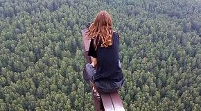 Школьники развлекаются на вышке в 215 метров