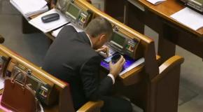 Регионал Мирошниченко ест борщ в зале Парламента