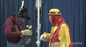 Старейший в мире клоун Creeky на сцене