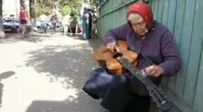 Бабушка играет блюз с лампочкой