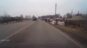 Бронетехника и палатки российских военных на границе с Крымом