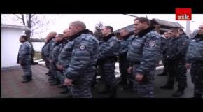 """Огляд дня: Півтисячна громада у Чернівцях пікетувала казарму """"Беркуту""""."""