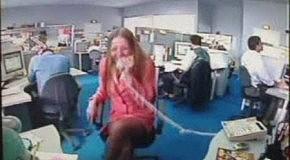 блондинка в офисе