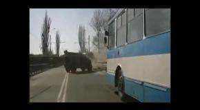 Российский ТИГР столкнулся с троллейбусом в Крыму - полное видео