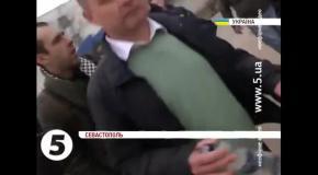 Разъяренная толпа напала на журналистов 5 Канала в Крыму