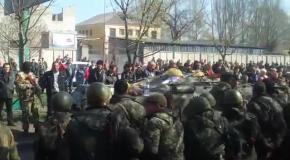 В Краматорске люди заблокировали военную технику