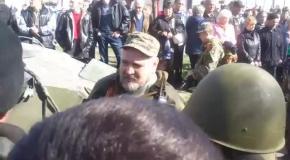 В Краматорске встречают колону военной техники криками: Мы или хунта киевская