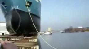 Как спускают корабли на воду...