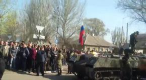 В Краматорске местные жители встречают колону военной техники