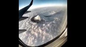 Гора Фуджи в Японии: вид из самолета