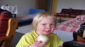 Девочка ест лук сквозь слезы