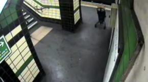 Коляска с ребенком упала на рельсы в лондонском метро