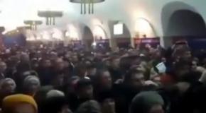 В Киеве сотни пассажиров метро поют гимн Украины