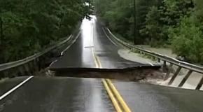 Река разрушает дорогу в США