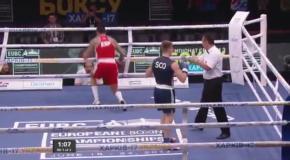 Боксеры отправили друг друга в одновременный нокдаун