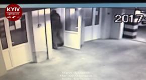 В Киеве вор украл зарядку для электромобиля и избил охранника