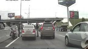 Байкеры избивают автомобилиста и крушат машину