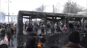 Противостояние на Грушевского: сожженные автомобили, взрывы и катапульта