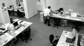 Западло в офисе  (съёмка скрытой камерой)