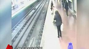 Человек упал под поезд метро