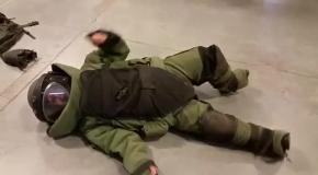 Девушка надела защитный костюм сапера