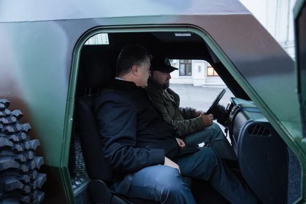 Мочанов демонстрирует президенту рулевое управление