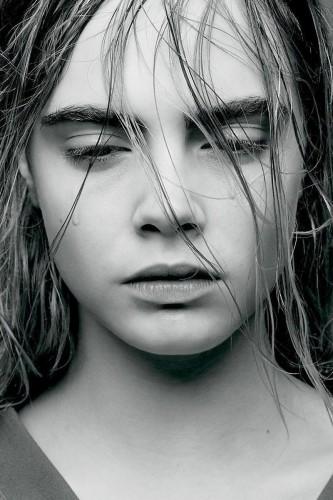 Кара Делевинь и Кендалл Дженнер в купальниках появились на страницах февральского Love Magazine
