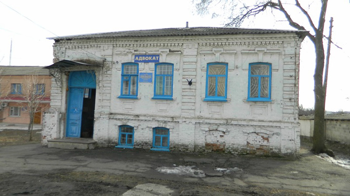 Brick building in the frame - a hairdresser. A local attraction is a third of the building in Russia, two-thirds in Ukraine.