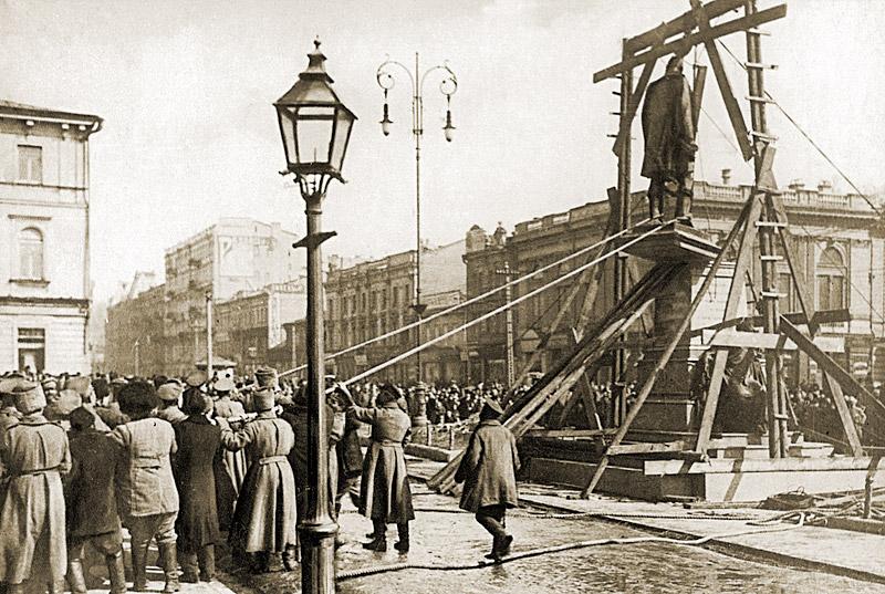 Desmontaje del monumento a Stolypin. 17 de marzo (30), 1917