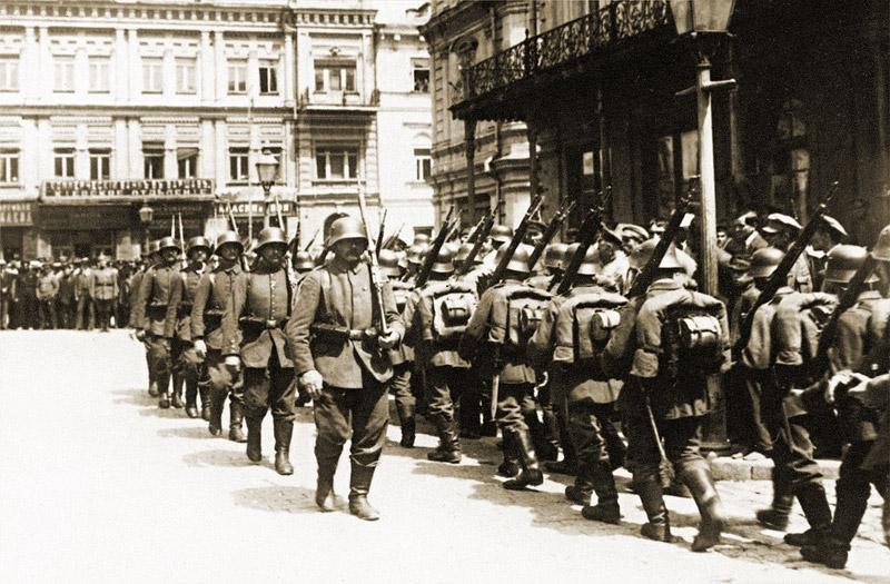 Cambio de guardia alemán en el edificio de la Duma en la plaza Duma. Año 1918