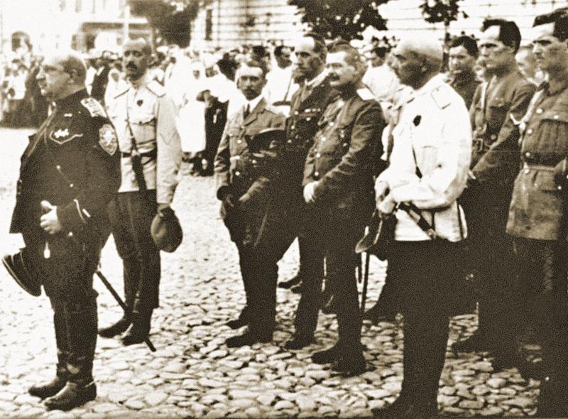 Los líderes del Ejército Voluntario en Kiev: general May-Mayevsky (primero desde la izquierda), general Bredov (segundo desde la izquierda). Año 1919