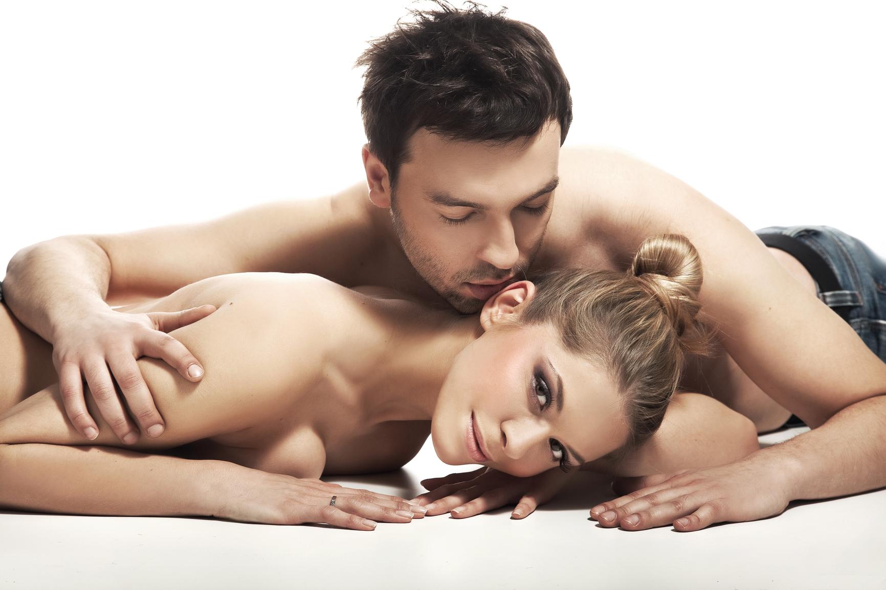 Одной на кровати секс пар двух