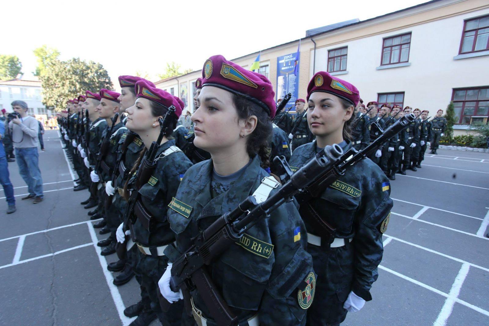 Секси девушка и солдат