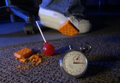 Не ешь быстро поднятую с пола еду