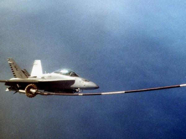 Обои Заправка в воздухе, Военный истребитель заправляется топливом в...