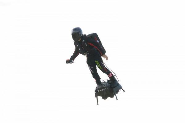 Изобретатель со второй попытки перелетел Ла-Манш на реактивной доске
